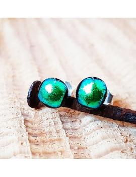 Puces d'oreilles Vert Métal artisanales en verre